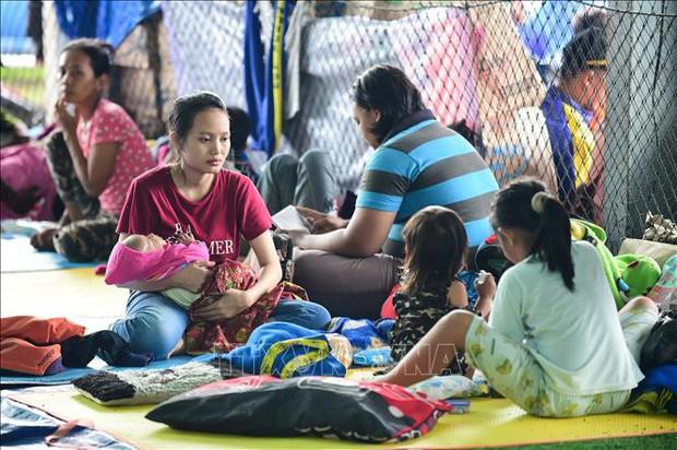 Indonesia: Nạn nhân thảm họa không dám rời trại trú ẩn vì sợ sóng thần tái diễn - Ảnh 1.