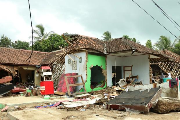 Indonesia: Nạn nhân thảm họa không dám rời trại trú ẩn vì sợ sóng thần tái diễn - Ảnh 2.