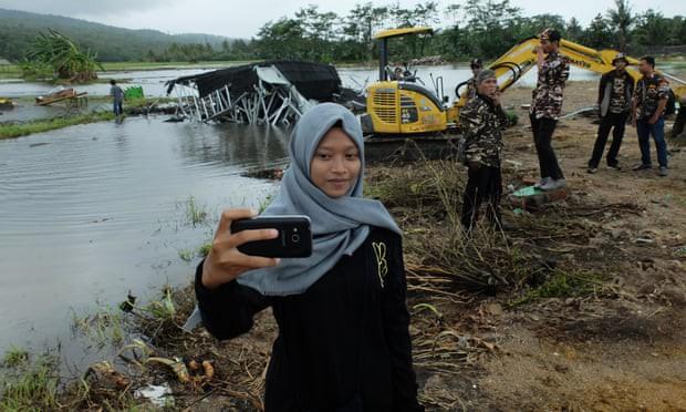 Một số người Indonesia trở về vùng sóng thần tàn phá để chụp ảnh tự sướng: Cảnh hoang tàn mới được nhiều like - Ảnh 2.