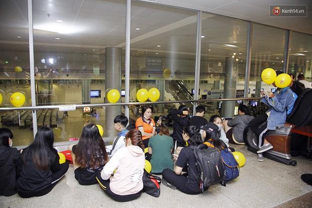Jiyeon (T-ara) đẹp lung linh, mẹ của cô khiến fan Việt mắt tròn mắt dẹt vì quá chất tại sân bay Tân Sơn Nhất - Ảnh 9.