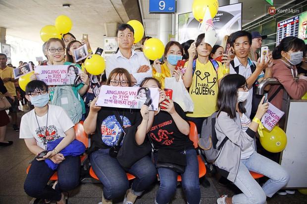 Jiyeon (T-ara) đẹp lung linh, mẹ của cô khiến fan Việt mắt tròn mắt dẹt vì quá chất tại sân bay Tân Sơn Nhất - Ảnh 12.