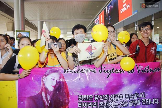 Jiyeon (T-ara) đẹp lung linh, mẹ của cô khiến fan Việt mắt tròn mắt dẹt vì quá chất tại sân bay Tân Sơn Nhất - Ảnh 11.