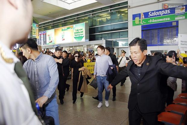 Jiyeon (T-ara) đẹp lung linh, mẹ của cô khiến fan Việt mắt tròn mắt dẹt vì quá chất tại sân bay Tân Sơn Nhất - Ảnh 1.