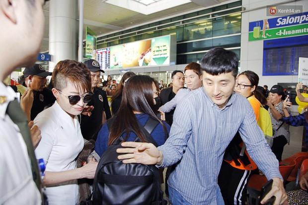 Jiyeon (T-ara) đẹp lung linh, mẹ của cô khiến fan Việt mắt tròn mắt dẹt vì quá chất tại sân bay Tân Sơn Nhất - Ảnh 6.
