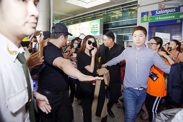Jiyeon (T-ara) đẹp lung linh, mẹ của cô khiến fan Việt mắt tròn mắt dẹt vì quá chất tại sân bay Tân Sơn Nhất - Ảnh 2.