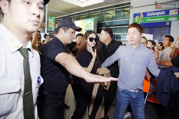 Jiyeon (T-ara) đẹp lung linh, mẹ của cô khiến fan Việt mắt tròn mắt dẹt vì quá chất tại sân bay Tân Sơn Nhất - Ảnh 3.
