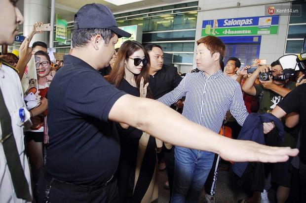 Jiyeon (T-ara) đẹp lung linh, mẹ của cô khiến fan Việt mắt tròn mắt dẹt vì quá chất tại sân bay Tân Sơn Nhất - Ảnh 4.