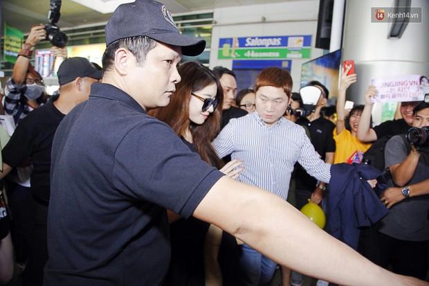 Jiyeon (T-ara) đẹp lung linh, mẹ của cô khiến fan Việt mắt tròn mắt dẹt vì quá chất tại sân bay Tân Sơn Nhất - Ảnh 5.