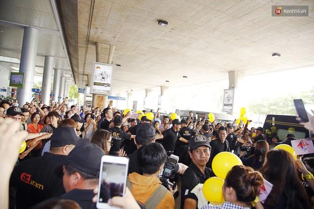 Jiyeon (T-ara) đẹp lung linh, mẹ của cô khiến fan Việt mắt tròn mắt dẹt vì quá chất tại sân bay Tân Sơn Nhất - Ảnh 8.