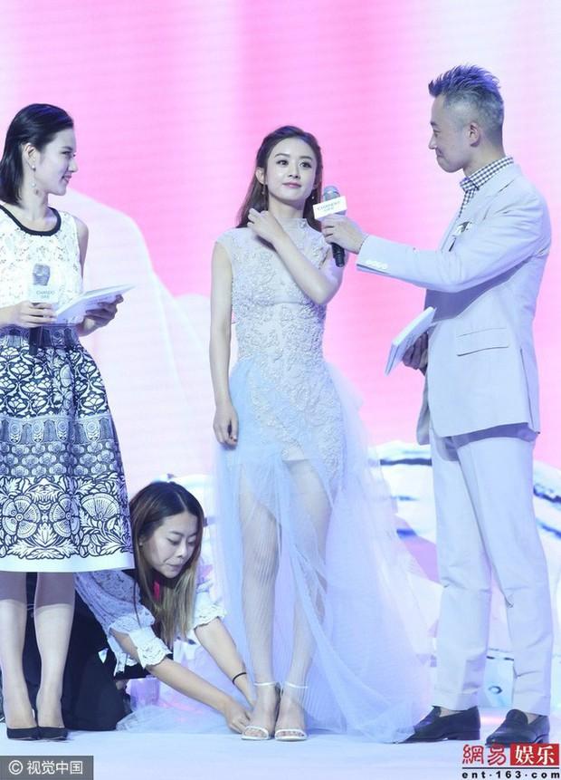 """Angela Baby bị tố """"bệnh ngôi sao"""" khi để stylist thay giày, cởi tất nhưng vẫn được netizen bênh vực hết lời - Ảnh 10."""