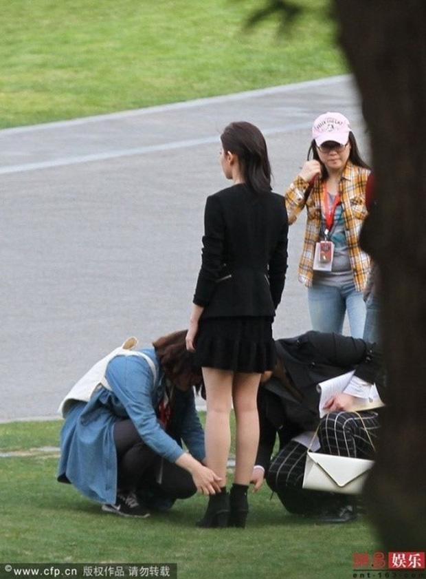 """Angela Baby bị tố """"bệnh ngôi sao"""" khi để stylist thay giày, cởi tất nhưng vẫn được netizen bênh vực hết lời - Ảnh 7."""