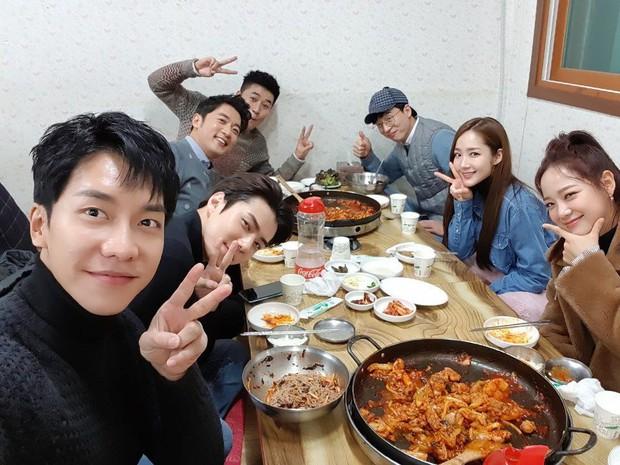 Ảnh selfie đắt giá nhất Kbiz: Lee Seung Gi, Sehun (EXO), Park Min Young và loạt sao quyền lực đều tụ họp vì sao? - Ảnh 1.