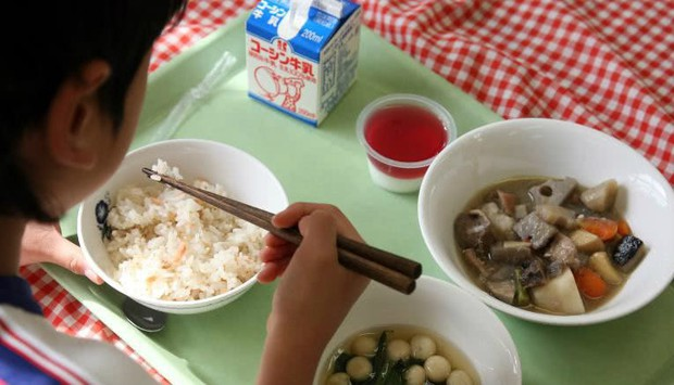 Bữa trưa của học sinh toàn thế giới: Nơi sang chảnh như khách sạn, nơi nghèo đói phải ăn đồ cứu trợ - Ảnh 2.