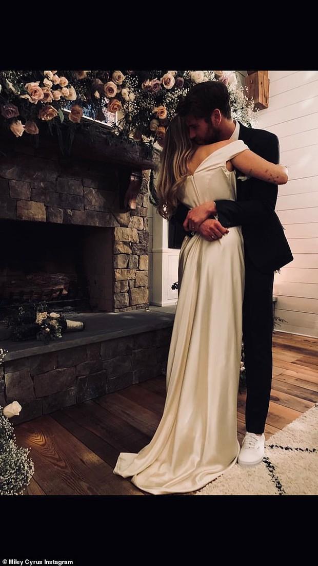 Miley Cyrus: Nàng công chúa vì yêu mà nổi loạn bất cần nhưng cũng vì tình mà cởi bỏ gai góc, khoác lên bộ váy cô dâu - Ảnh 21.