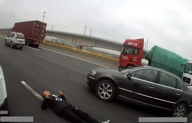 Thấy người đàn ông nằm co giật trên đường cao tốc, cảnh sát vội vàng tới giải cứu rồi cạn lời khi biết sự thật - Ảnh 2.