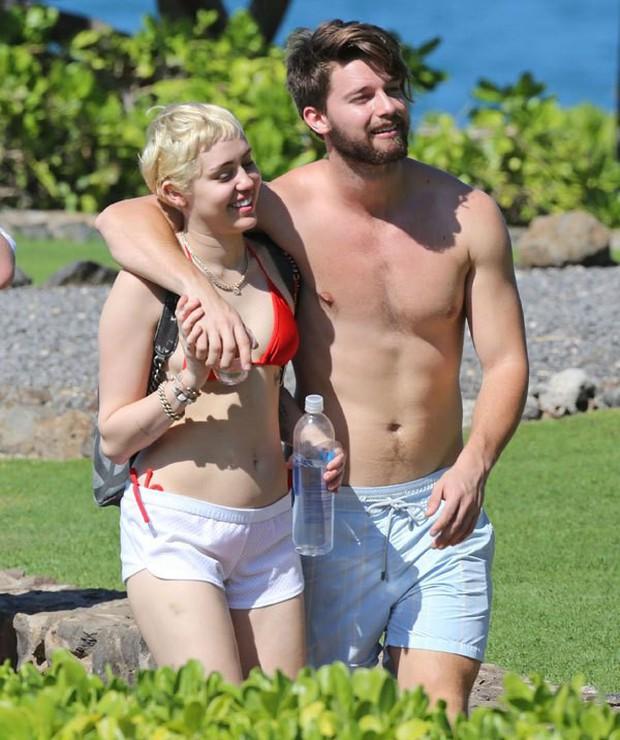 Miley Cyrus: Nàng công chúa vì yêu mà nổi loạn bất cần nhưng cũng vì tình mà cởi bỏ gai góc, khoác lên bộ váy cô dâu - Ảnh 15.