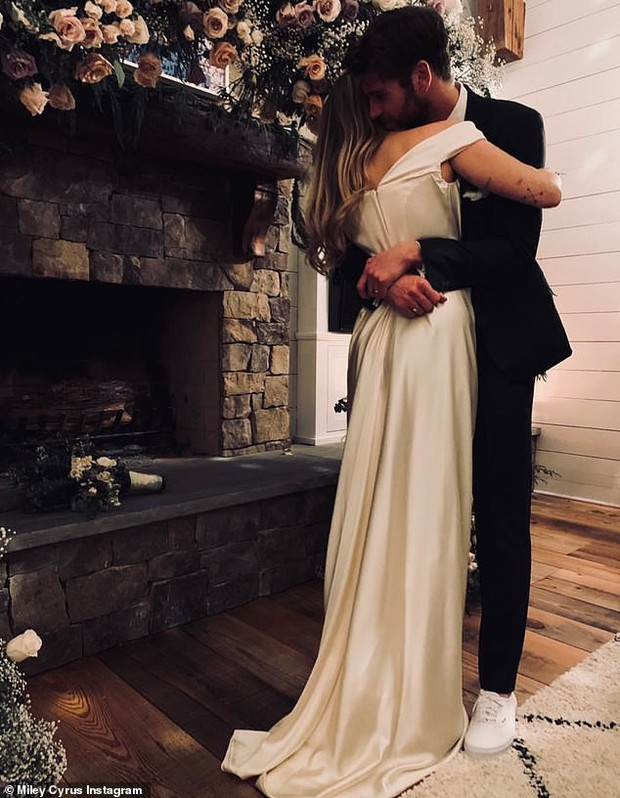 Trước ngày cưới, các sao khác lo chuẩn bị hôn lễ thật hoành tráng, riêng Miley - Liam lại làm những việc giản đơn bất ngờ - Ảnh 1.