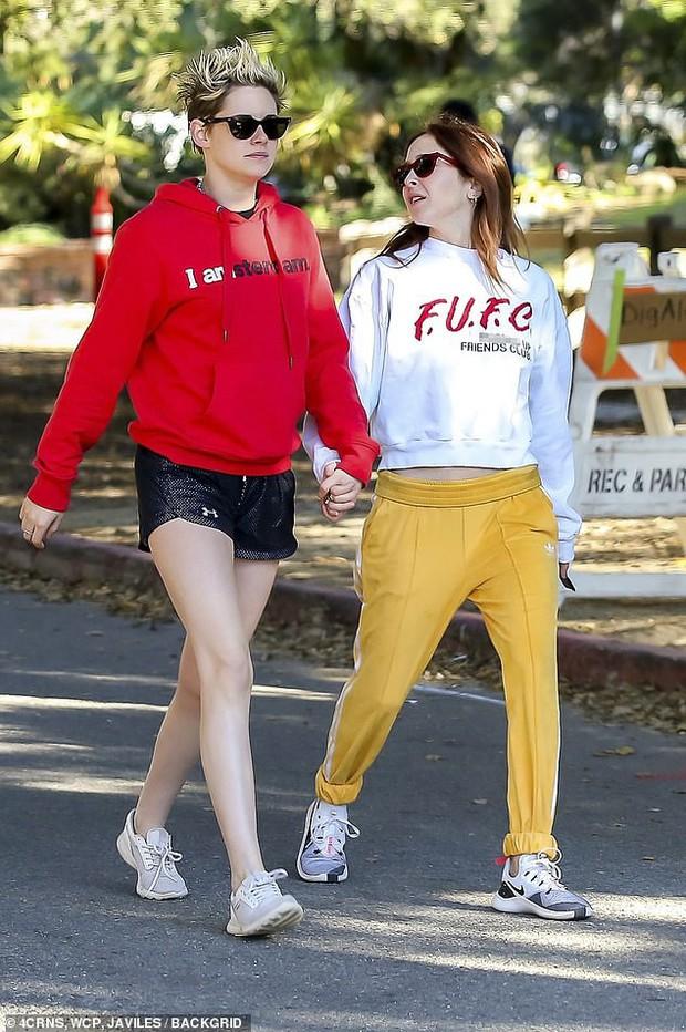 Kristen Stewart ngày càng nam tính hơn khi hẹn hò bạn gái mới, nhưng có một điểm đặc biệt vẫn không đổi thay - Ảnh 1.