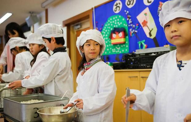 Bữa trưa của học sinh toàn thế giới: Nơi sang chảnh như khách sạn, nơi nghèo đói phải ăn đồ cứu trợ - Ảnh 3.