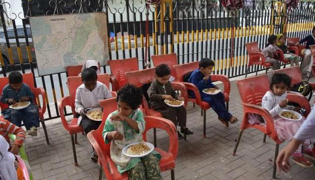 Bữa trưa của học sinh toàn thế giới: Nơi sang chảnh như khách sạn, nơi nghèo đói phải ăn đồ cứu trợ - Ảnh 10.