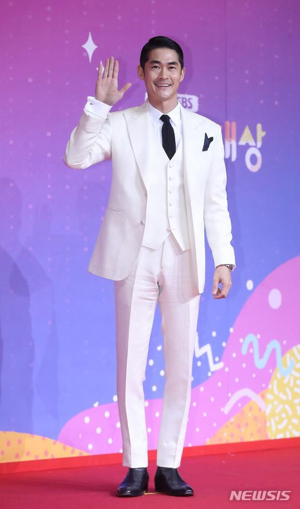 Thảm đỏ SBS Entertainment Awards: Song Ji Hyo bị mỹ nhân Running Man sexy lấn át, Lee Seung Gi bảnh bao bên dàn sao - Ảnh 16.