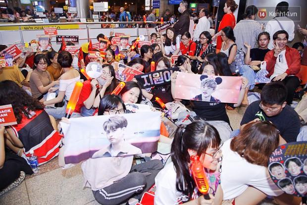 iKON sang chảnh nhà YG khiến sân bay Tân Sơn Nhất vỡ trận, sao nhí The Heirs một thời cực nổi bật giữa biển fan - Ảnh 12.