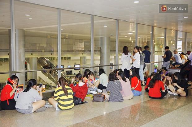 iKON sang chảnh nhà YG khiến sân bay Tân Sơn Nhất vỡ trận, sao nhí The Heirs một thời cực nổi bật giữa biển fan - Ảnh 14.