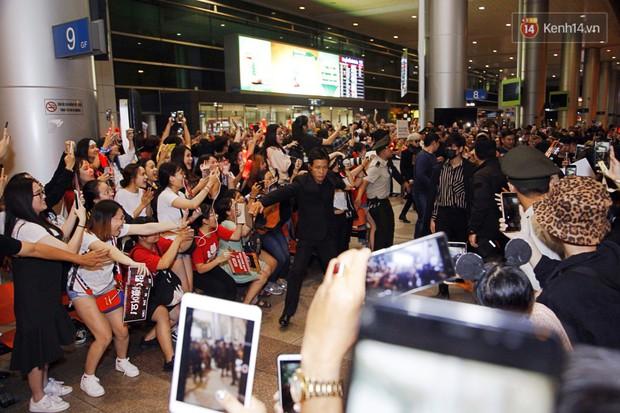 iKON sang chảnh nhà YG khiến sân bay Tân Sơn Nhất vỡ trận, sao nhí The Heirs một thời cực nổi bật giữa biển fan - Ảnh 1.