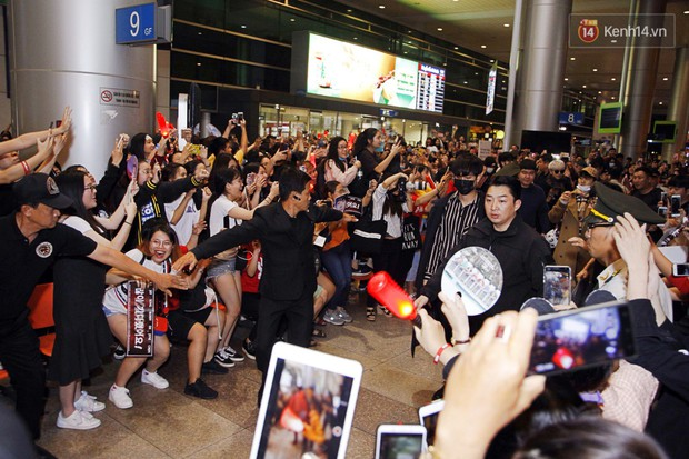 iKON sang chảnh nhà YG khiến sân bay Tân Sơn Nhất vỡ trận, sao nhí The Heirs một thời cực nổi bật giữa biển fan - Ảnh 2.