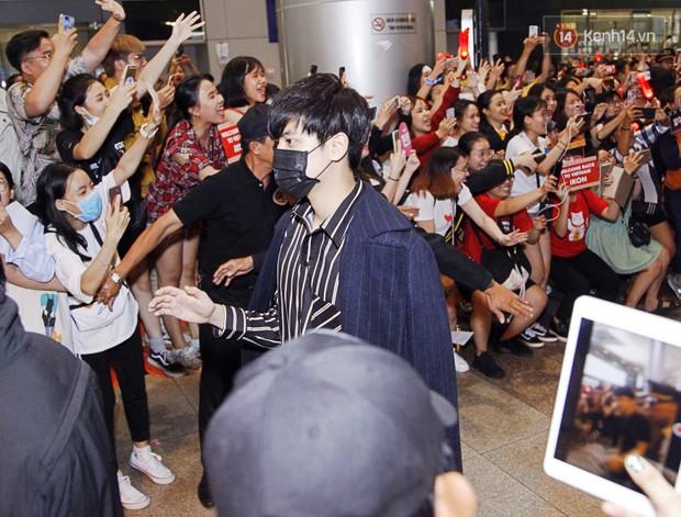 iKON sang chảnh nhà YG khiến sân bay Tân Sơn Nhất vỡ trận, sao nhí The Heirs một thời cực nổi bật giữa biển fan - Ảnh 3.
