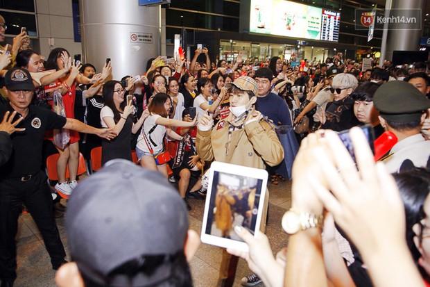 iKON sang chảnh nhà YG khiến sân bay Tân Sơn Nhất vỡ trận, sao nhí The Heirs một thời cực nổi bật giữa biển fan - Ảnh 4.