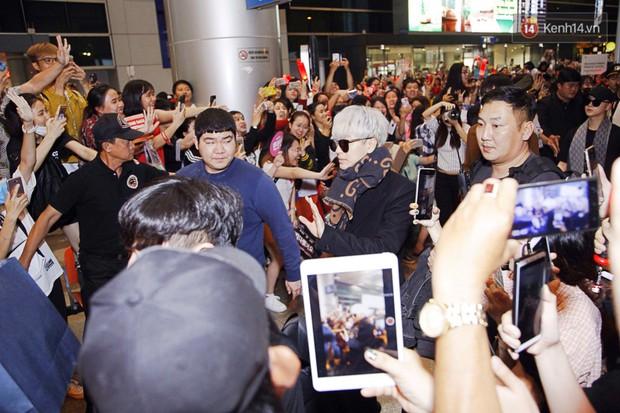 iKON sang chảnh nhà YG khiến sân bay Tân Sơn Nhất vỡ trận, sao nhí The Heirs một thời cực nổi bật giữa biển fan - Ảnh 5.