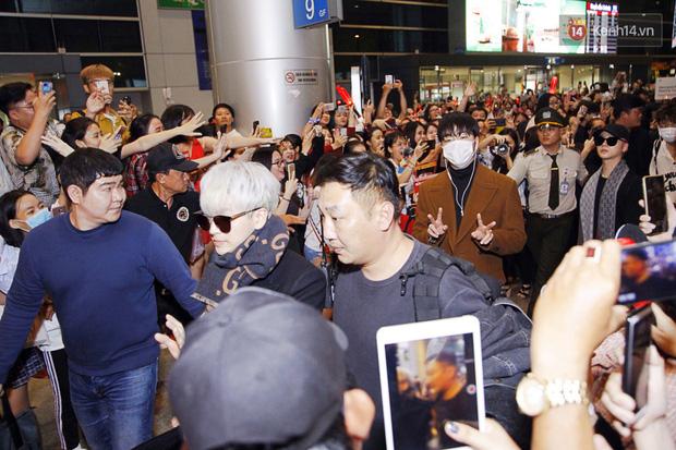 iKON sang chảnh nhà YG khiến sân bay Tân Sơn Nhất vỡ trận, sao nhí The Heirs một thời cực nổi bật giữa biển fan - Ảnh 6.