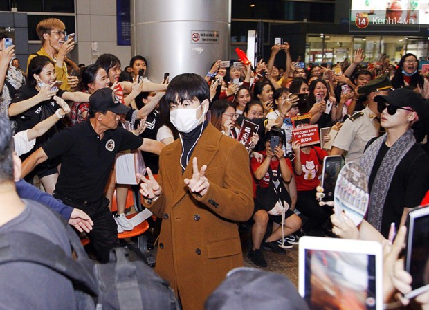 iKON sang chảnh nhà YG khiến sân bay Tân Sơn Nhất vỡ trận, sao nhí The Heirs một thời cực nổi bật giữa biển fan - Ảnh 8.