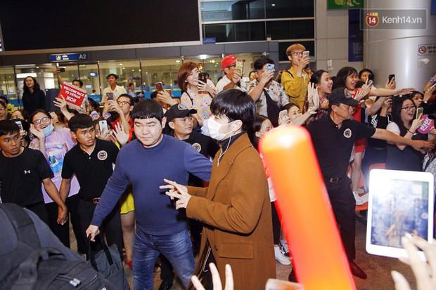 iKON sang chảnh nhà YG khiến sân bay Tân Sơn Nhất vỡ trận, sao nhí The Heirs một thời cực nổi bật giữa biển fan - Ảnh 7.