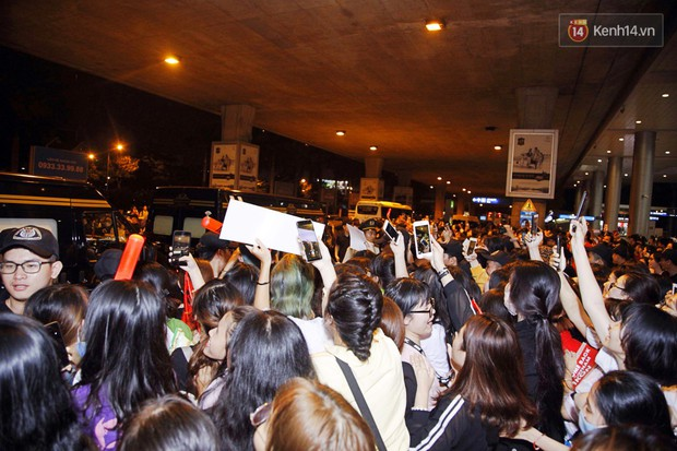 iKON sang chảnh nhà YG khiến sân bay Tân Sơn Nhất vỡ trận, sao nhí The Heirs một thời cực nổi bật giữa biển fan - Ảnh 9.