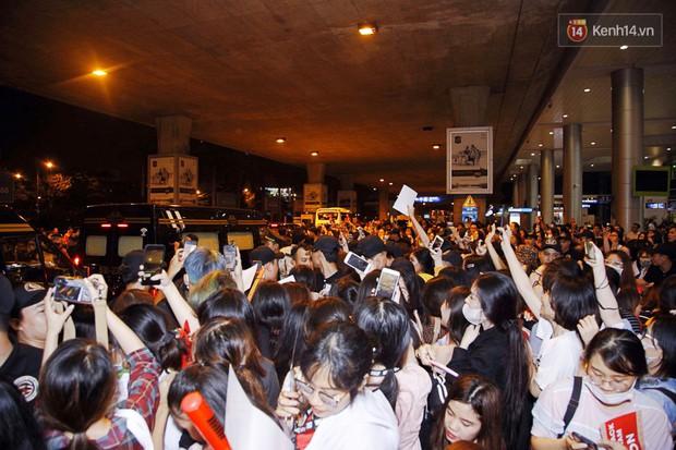 iKON sang chảnh nhà YG khiến sân bay Tân Sơn Nhất vỡ trận, sao nhí The Heirs một thời cực nổi bật giữa biển fan - Ảnh 10.