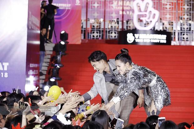 Thảm đỏ Year End Party Hàn-Việt: Soobin - Jiyeon quá đẹp đôi, MAMAMOO, iKON cực hot bên dàn sao Việt đình đám - Ảnh 27.