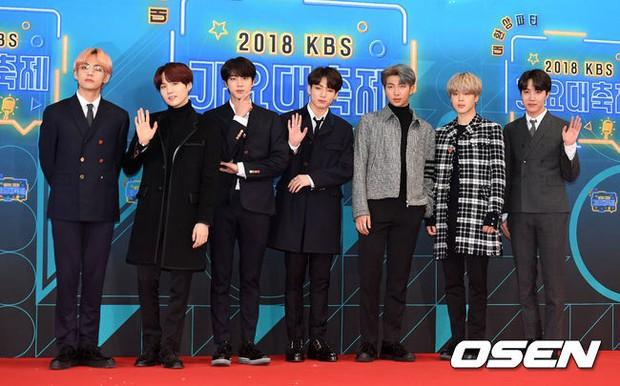 150 idol đổ bộ thảm đỏ KBS Song Festival: Red Velvet và dàn mỹ nhân mặc thảm họa, TWICE, BTS đơn giản mà đẹp - Ảnh 14.