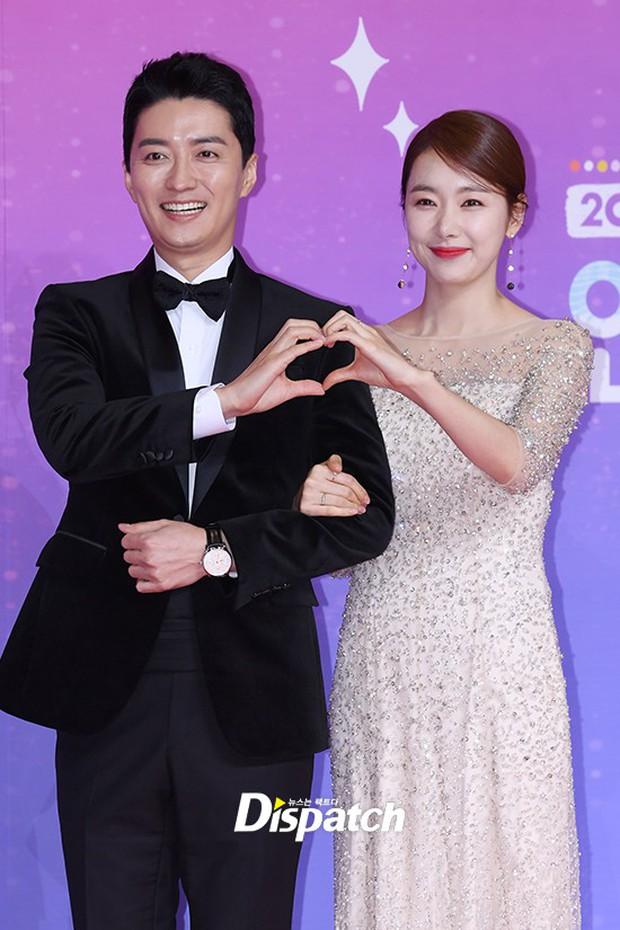 Thảm đỏ SBS Entertainment Awards: Song Ji Hyo bị mỹ nhân Running Man sexy lấn át, Lee Seung Gi bảnh bao bên dàn sao - Ảnh 20.