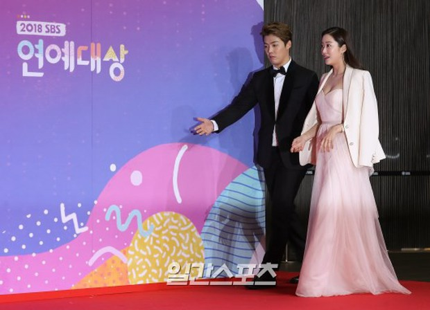 Thảm đỏ SBS Entertainment Awards: Song Ji Hyo bị mỹ nhân Running Man sexy lấn át, Lee Seung Gi bảnh bao bên dàn sao - Ảnh 6.