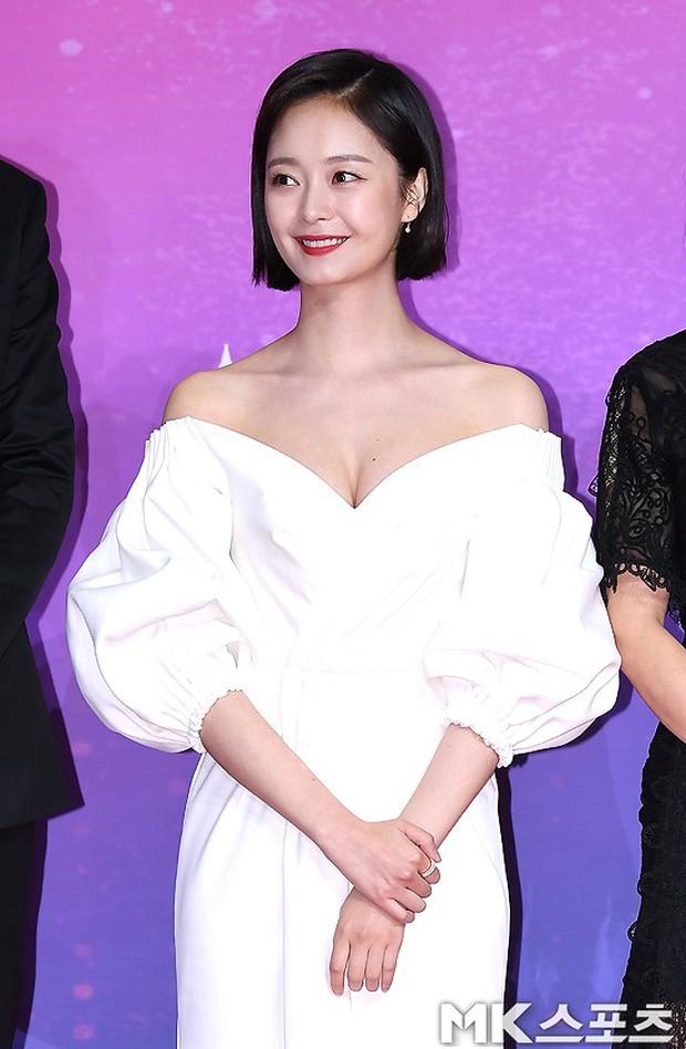 Thảm đỏ SBS Entertainment Awards: Song Ji Hyo bị mỹ nhân Running Man sexy lấn át, Lee Seung Gi bảnh bao bên dàn sao - Ảnh 3.