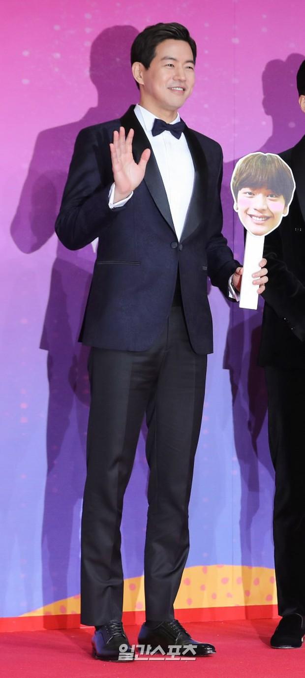 Thảm đỏ SBS Entertainment Awards: Song Ji Hyo bị mỹ nhân Running Man sexy lấn át, Lee Seung Gi bảnh bao bên dàn sao - Ảnh 25.