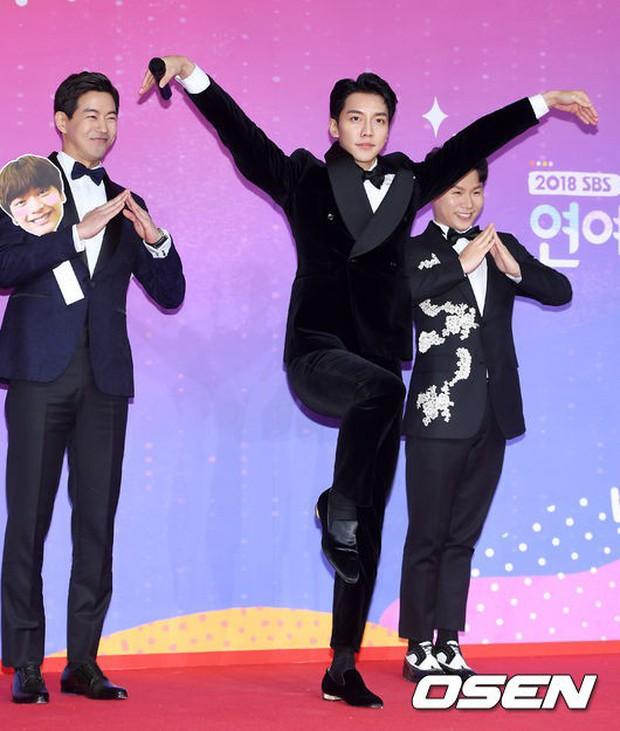 Thảm đỏ SBS Entertainment Awards: Song Ji Hyo bị mỹ nhân Running Man sexy lấn át, Lee Seung Gi bảnh bao bên dàn sao - Ảnh 13.