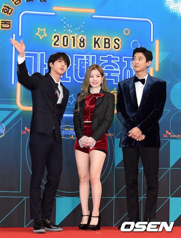 150 idol đổ bộ thảm đỏ KBS Song Festival: Red Velvet và dàn mỹ nhân mặc thảm họa, TWICE, BTS đơn giản mà đẹp - Ảnh 1.