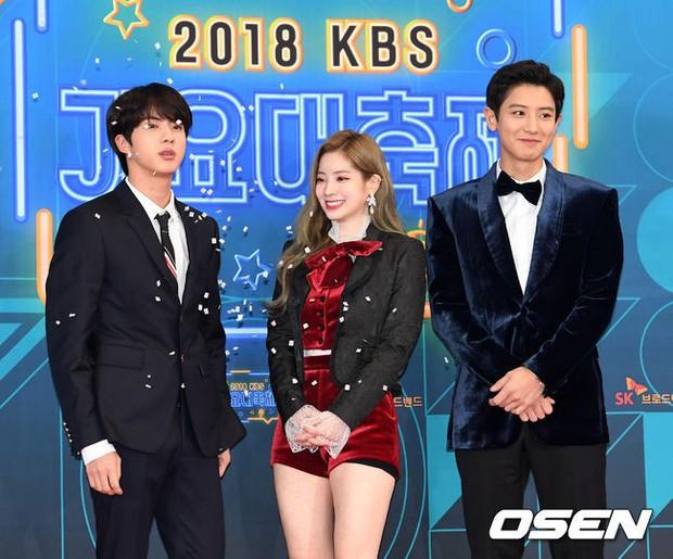 150 idol đổ bộ thảm đỏ KBS Song Festival: Red Velvet và dàn mỹ nhân mặc thảm họa, TWICE, BTS đơn giản mà đẹp - Ảnh 2.
