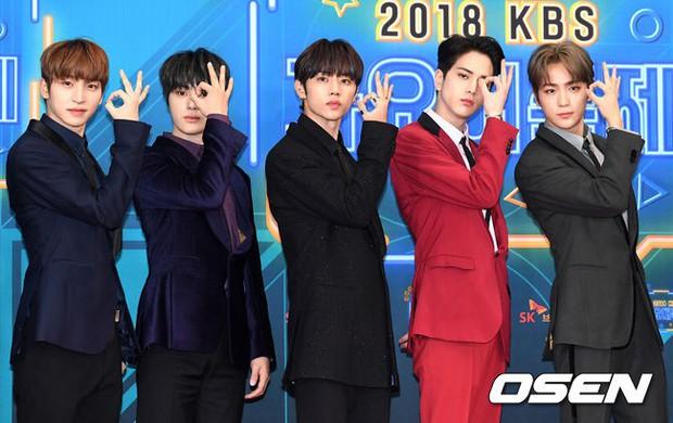 150 idol đổ bộ thảm đỏ KBS Song Festival: Red Velvet và dàn mỹ nhân mặc thảm họa, TWICE, BTS đơn giản mà đẹp - Ảnh 41.