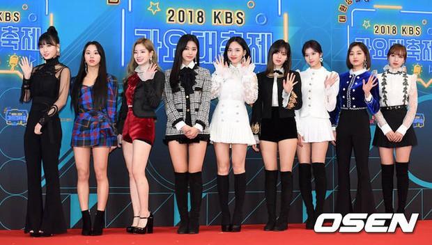 150 idol đổ bộ thảm đỏ KBS Song Festival: Red Velvet và dàn mỹ nhân mặc thảm họa, TWICE, BTS đơn giản mà đẹp - Ảnh 11.