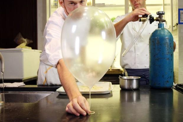 Nhìn cứ tưởng bong bóng, ai ngờ đây là món tráng miệng tuyệt đỉnh của nhà hàng 3 sao Michelin ở Mỹ - Ảnh 3.