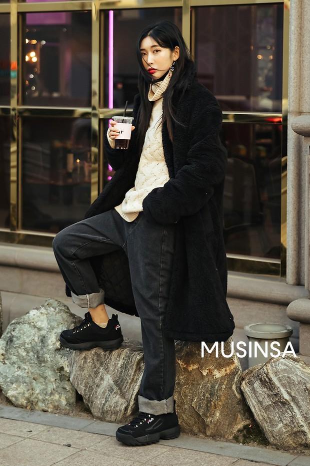 """Street style đại hàn của giới trẻ Hàn Quốc: rét đến mấy cũng có cách mặc """"chất"""" mà vẫn đảm bảo ấm - Ảnh 9."""